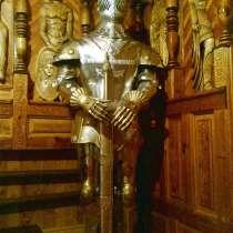 Скульптура испанского рыцаря в парадном доспехе, в Краснодаре