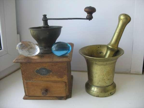 Старинная кофемолка и ступа. Бронза