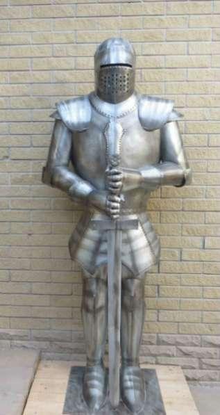 Скульптура рыцаря с мечом