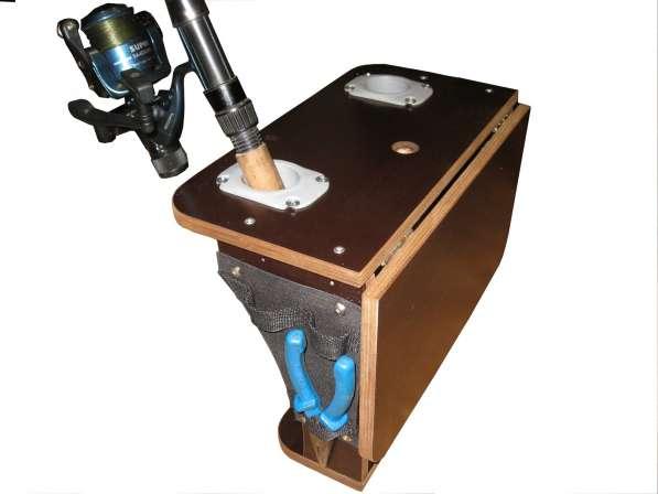 Подставка под удилища и эхолот с откидным столиком