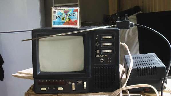Дорожный черно белый мини телевизор Шарм