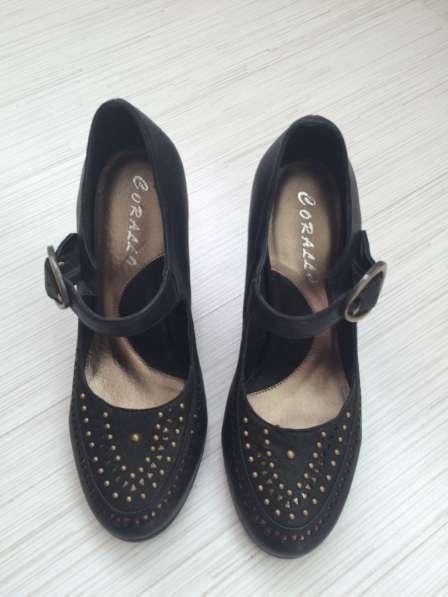 Чёрные кожаные туфли на каблуке