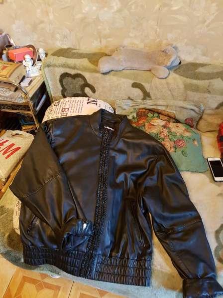 Куртку кожаную женскую продаю
