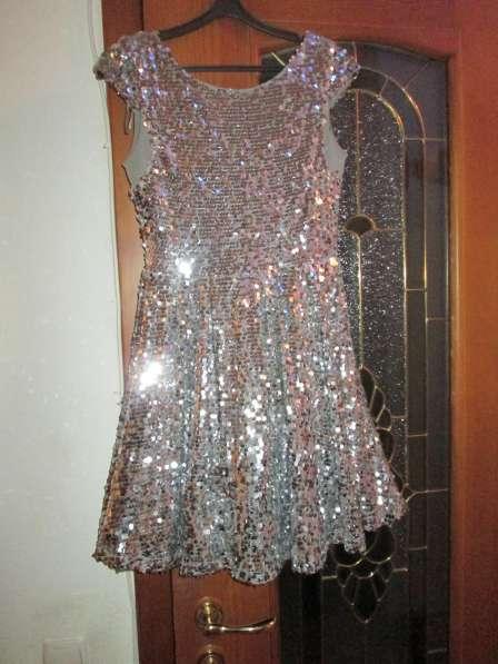 Платье нарядное серебристое. паетки блестящие 40 размера