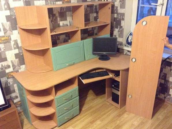 Компьютерный стол с навесным шкафом и подсветкой