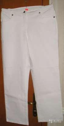 Брюки из джинсовой ткани белого цвета со стразами на задних, в Калининграде