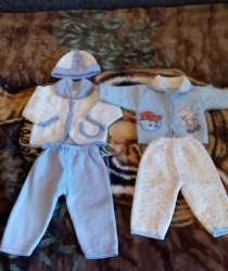 2 теплых костюма на мальчика 2-4 мес, в Ставрополе