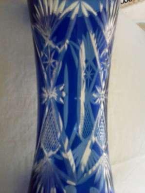 Вазу синего стекла с ручной нарезкой