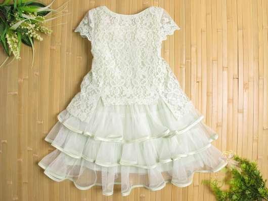Платье гипюровое мятного цвета с вышивкой и бисером