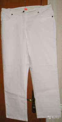 Брюки из джинсовой ткани белого цвета со стразами на задних