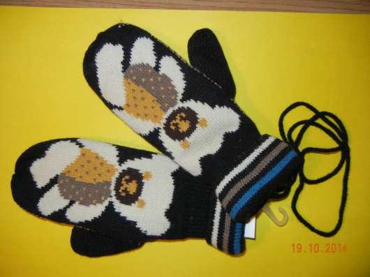 Вязаные варежки на шнурке