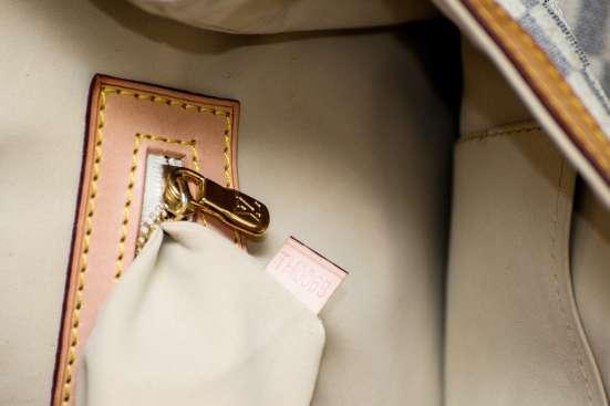 Женская серая сумка LOUIS VUITTON