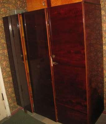 Добротный деревянный трехстворчатый шкаф б/у