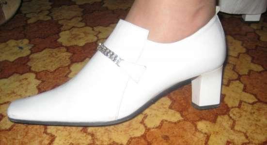 Туфли белые весна, кожа, не высокий каблук. 39 разм